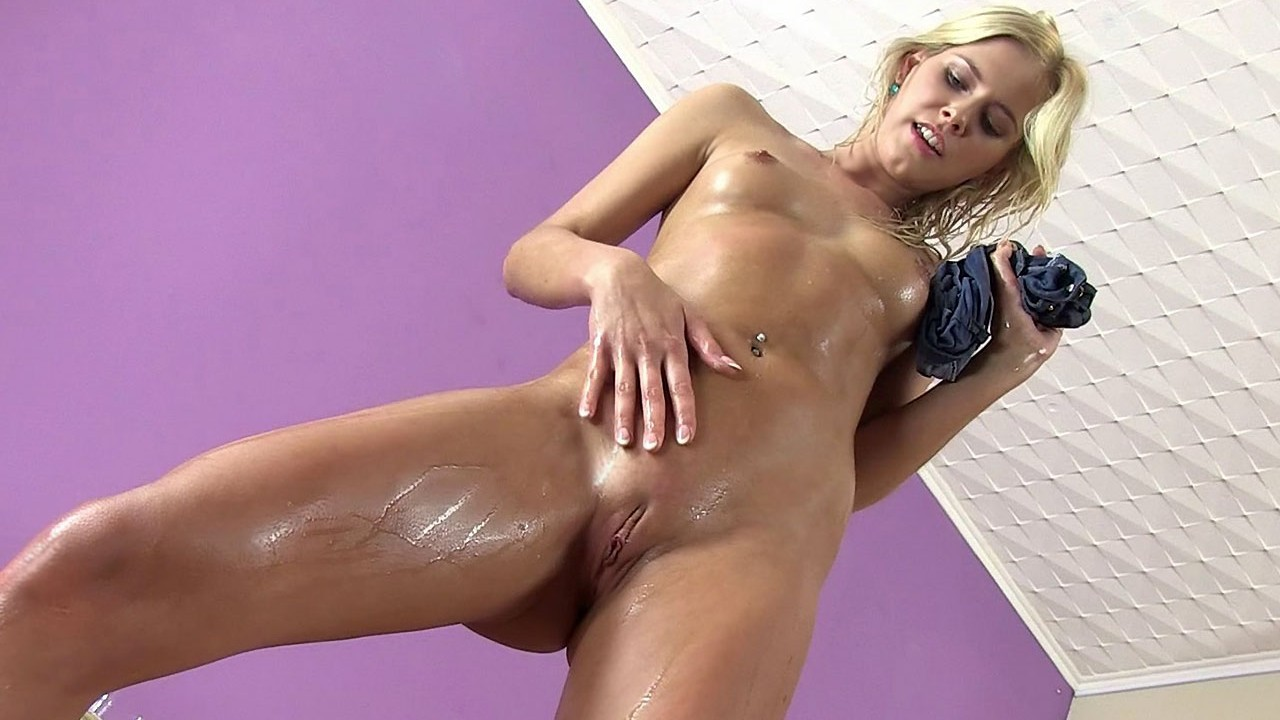 Amazing Peeing Performance From Stunning Tracy Gold